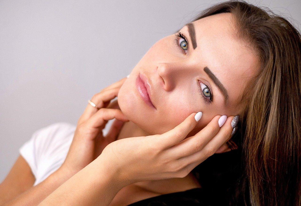 Cómo se realiza un estiramiento facial